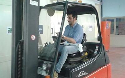 Maschio Fork Lift Truck Driver di lavoro in fabbrica