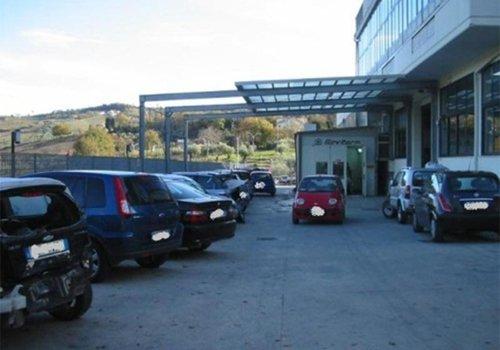 parcheggio di un'officina