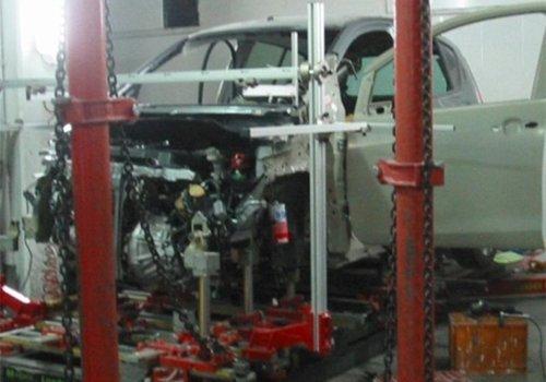 riparazione di un'auto incidentata