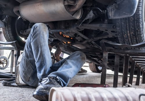 meccanico durante riparazione auto
