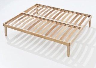 un letto con le doghe in legno