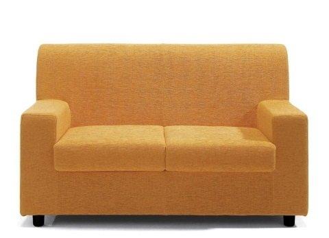 un divano da due posti di colore giallo
