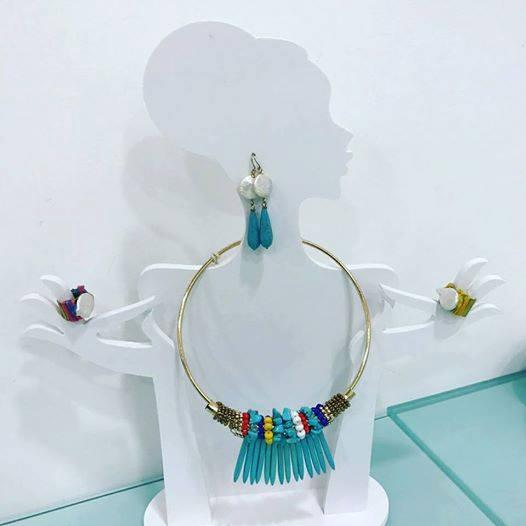 una parure di collana, orecchini e anelli