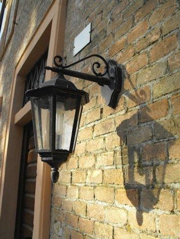 Bella fotografia della lanterna impiccando della parete e la sua ombra