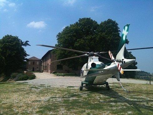 piccolo elicottero in un campo