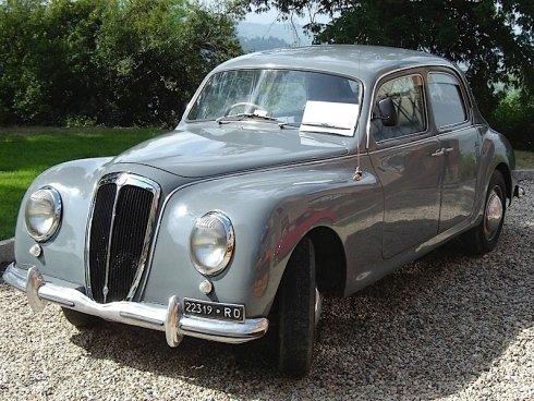 auto d'epoca grigia