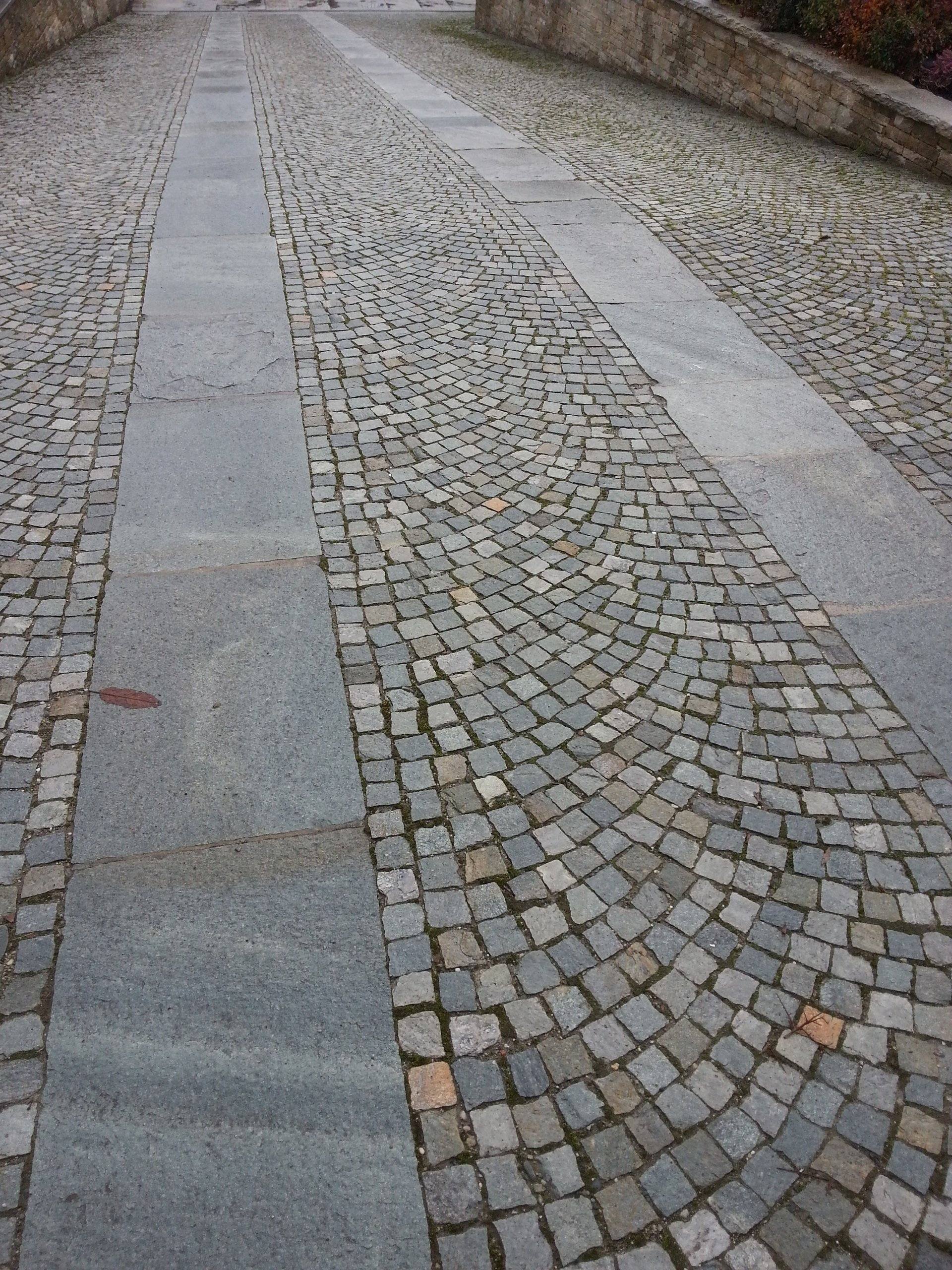 una strada decorata con pietra serena