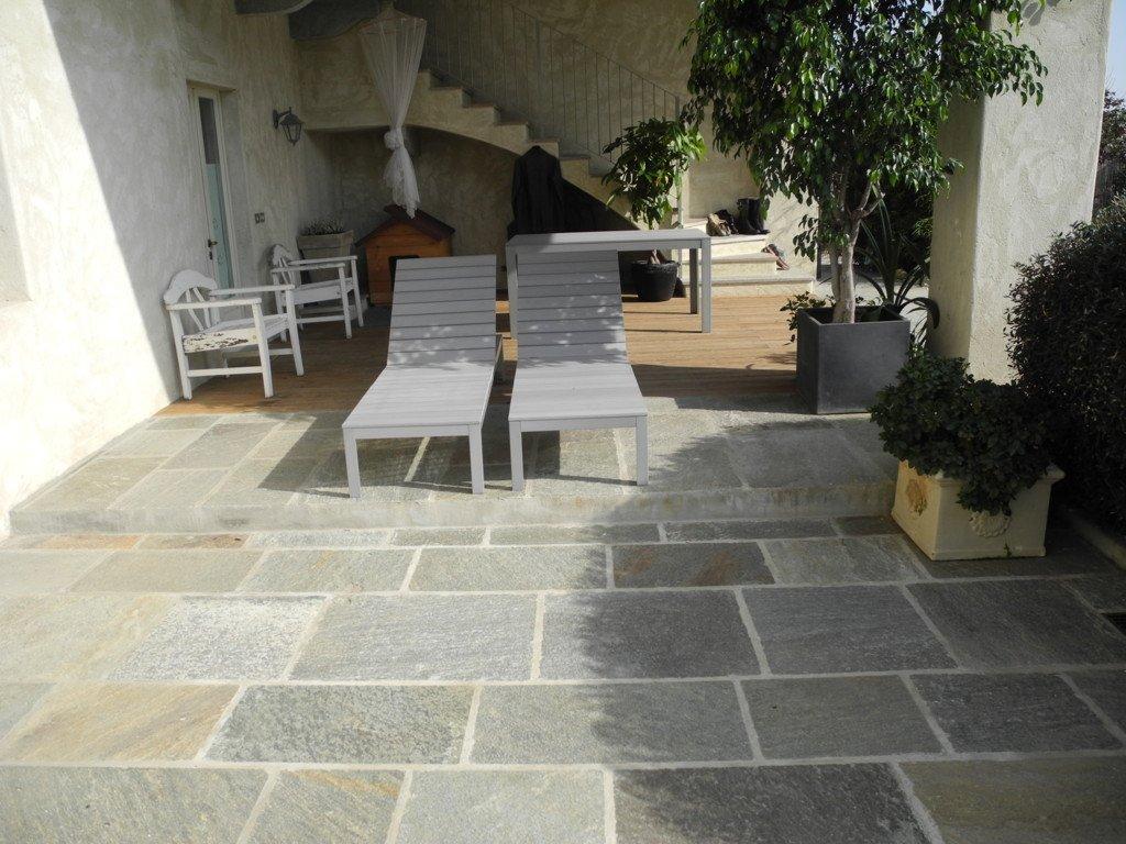 terrazzo con due sdraio