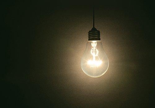 Una lampadina accesa