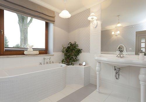 Un bagno moderno con vista di una finestra in legno