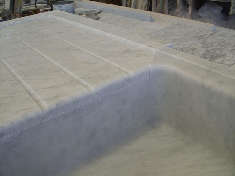 particolare lavello in massello bianco carrara