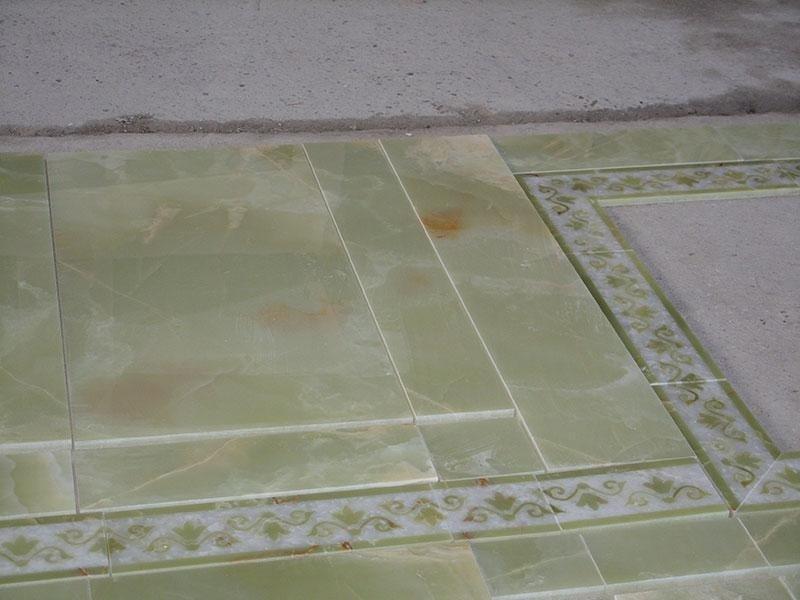 rivestimento bagno in onice con greche intarsiate