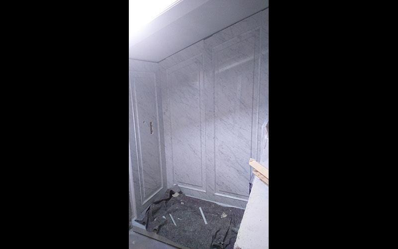 rivestimento doccia in marmo bianco a Boiserie