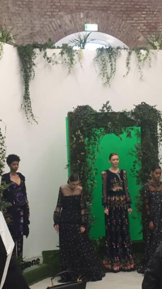delle modelle in abiti di color nero