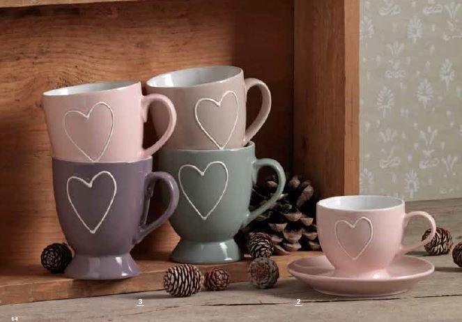 delle tazze di color rosa e grigie con dei cuoricini bianchi e delle pigne