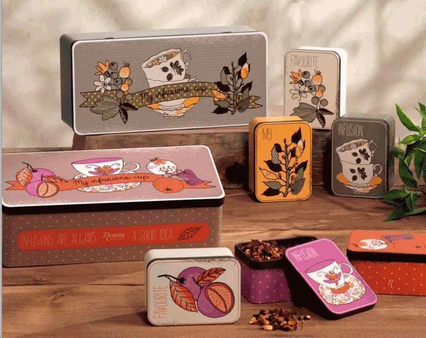 delle scatole di latta di diversi colori con delle tazzine dei rami di piante  e della frutta disegnata