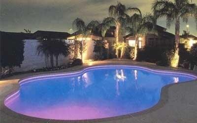 Illuminazione piscina viola