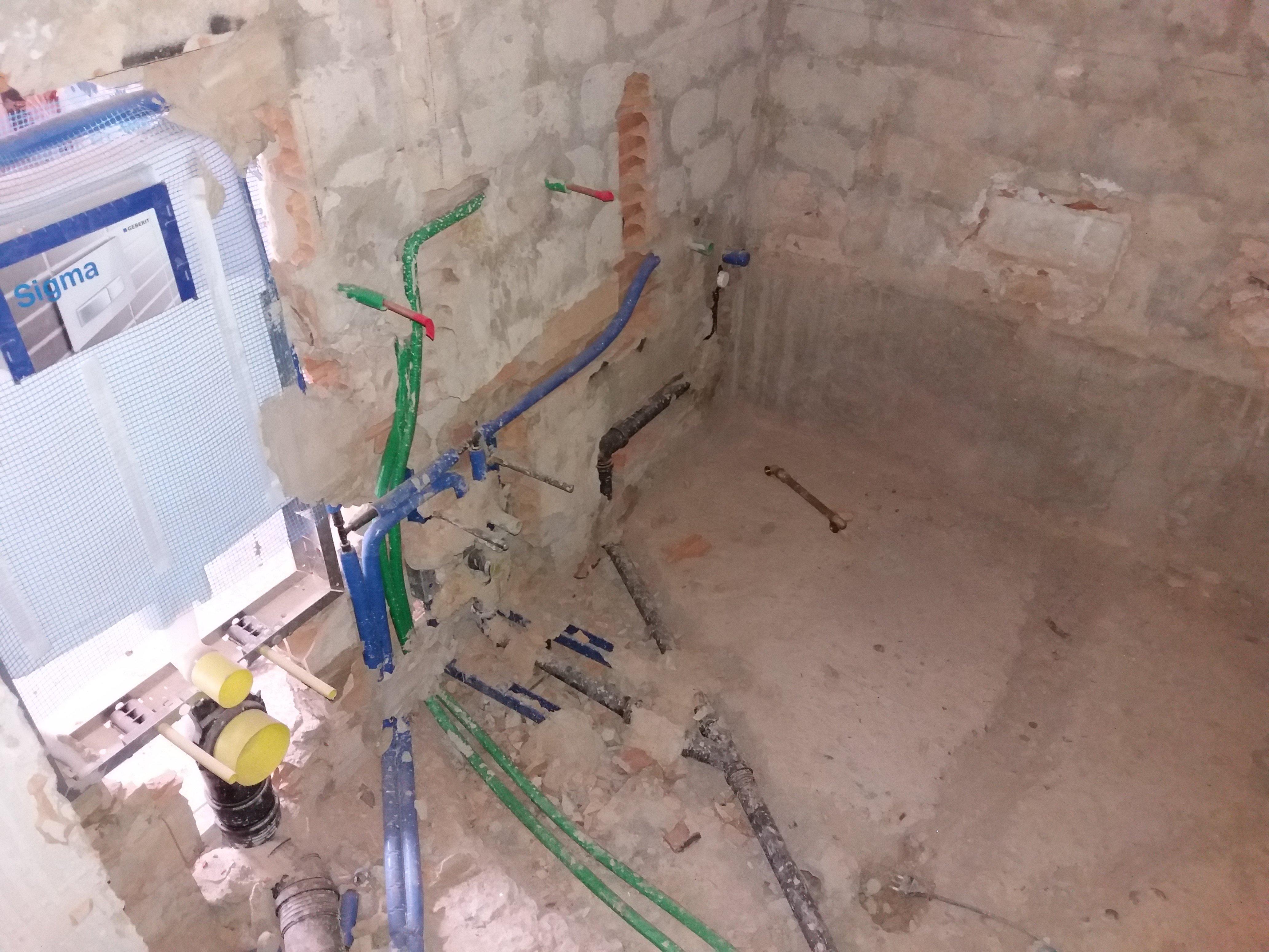 Impianto idraulico in fase di installazione