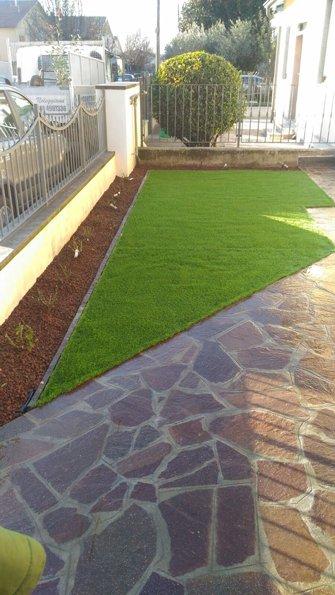 pezzo di erba con sentiero all`entrata