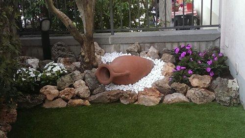 vaso in terracotta sopra della ghiaia in un giardino
