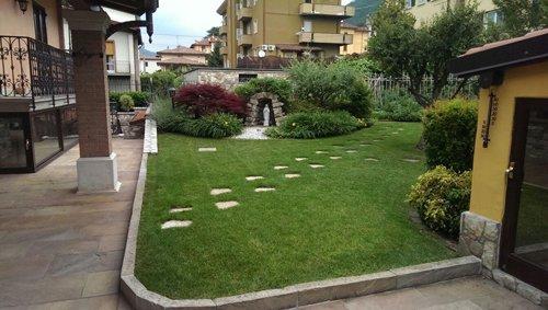 giardino condominiale con sentiero