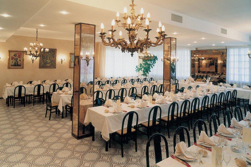 dei tavoli all'interno del ristorante con dei lampadari