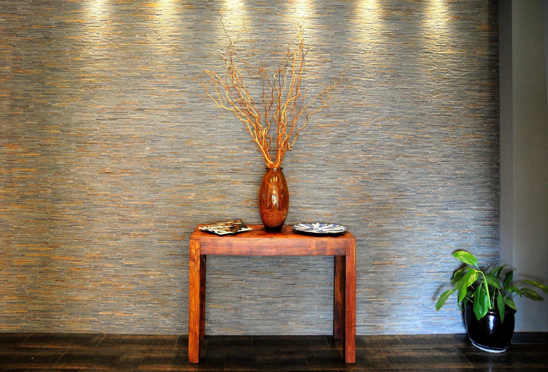 un tavolino di legno e un vaso con dei rami spogli