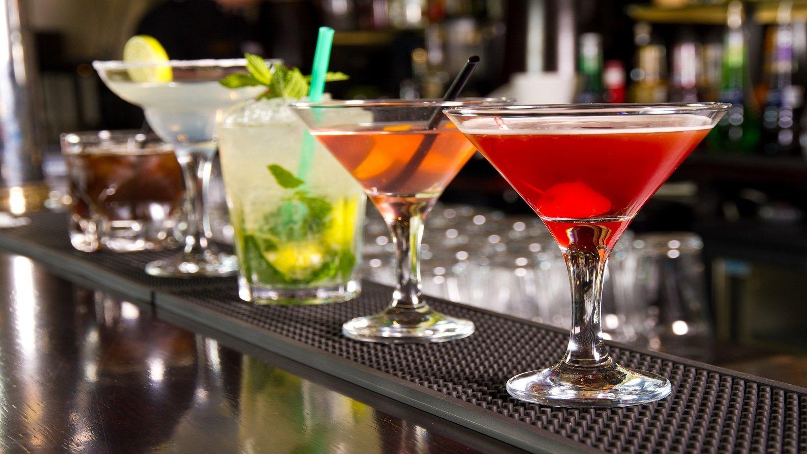 dei bicchieri con dei cocktail colorati