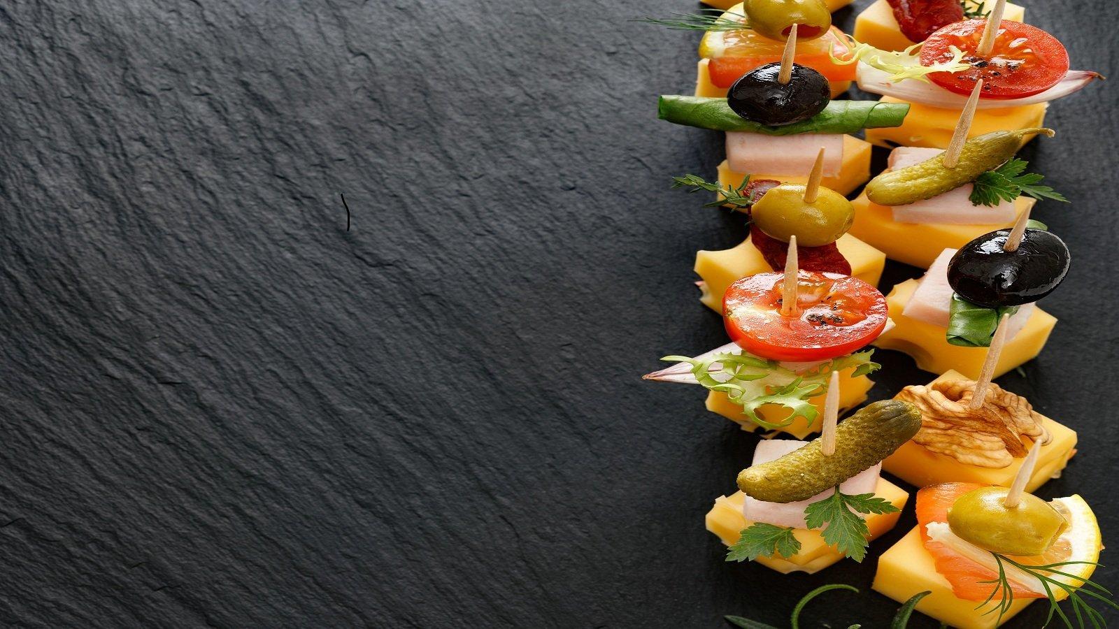 degli stuzzichini con formaggio,cetrioli e olive