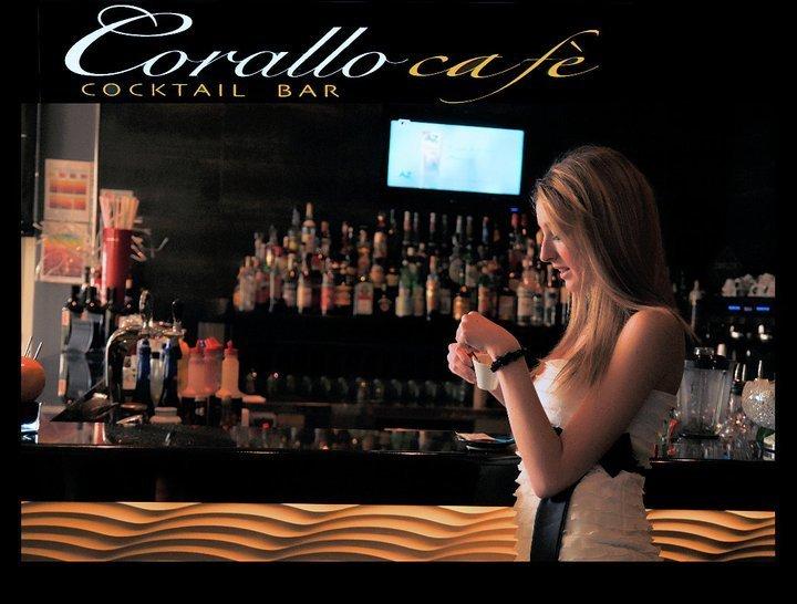 una ragazza bionda vicino al bancone di un bar