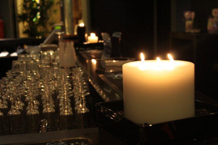 una candela accesa e vista dei bicchieri