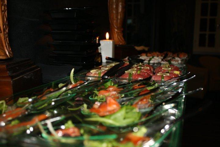 delle coppe di verdura e salmone