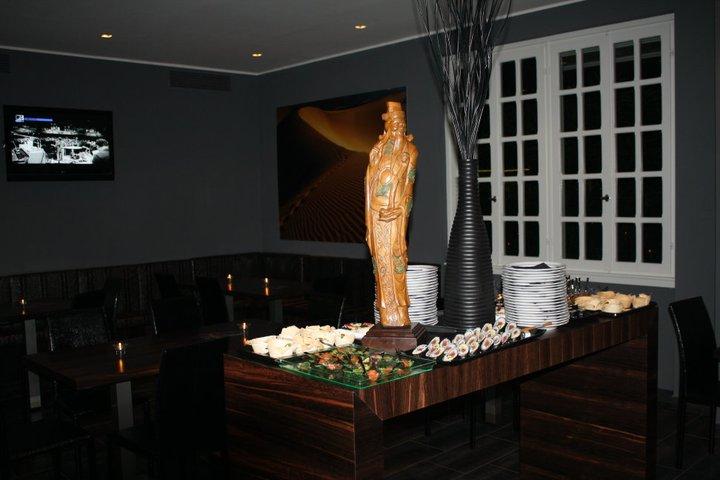 un buffet di sushi e una statua