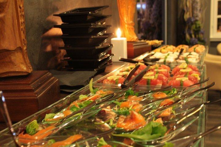 un buffet di sushi