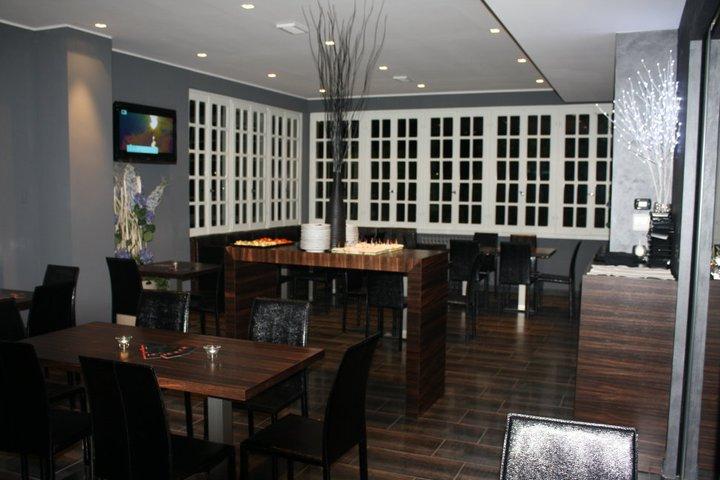 dei tavoli e delle sedie in legno nel ristorante