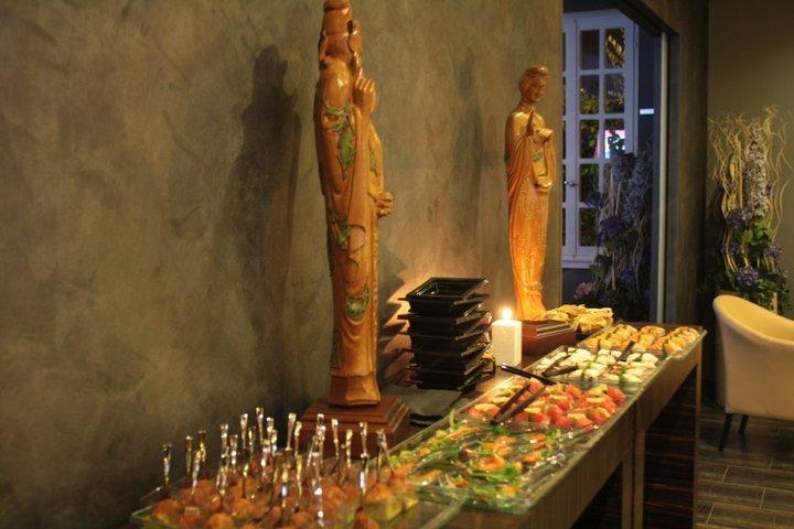 un buffet di sushi e due statue