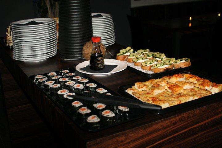 un buffet di sushi, focaccia e bruschette