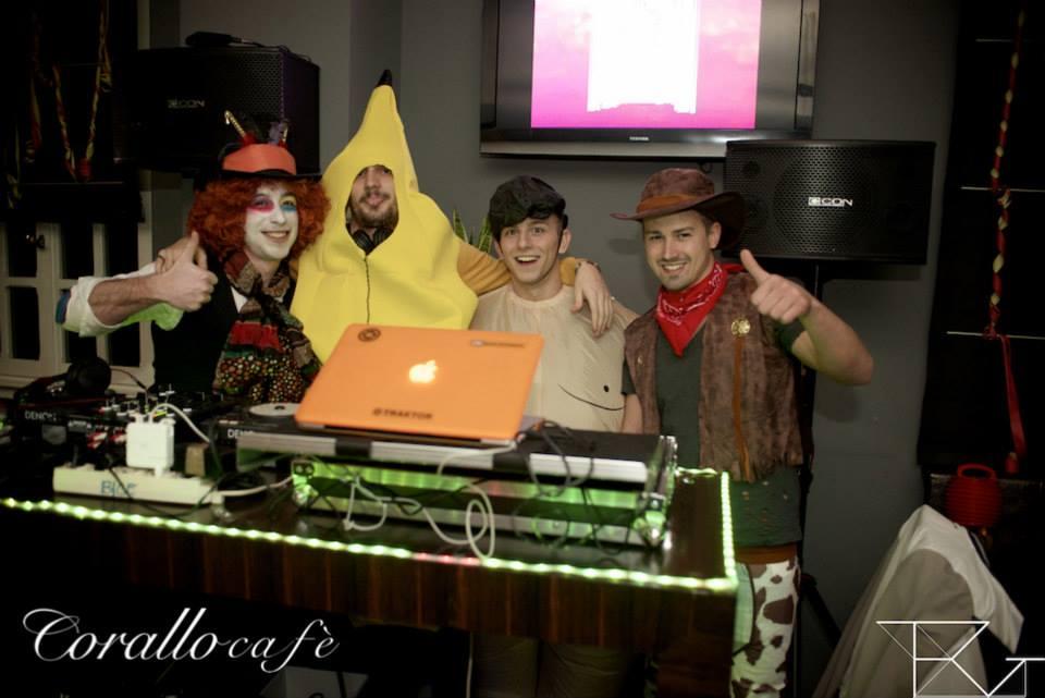 dei ragazzi in maschera vicino a una console da DJ