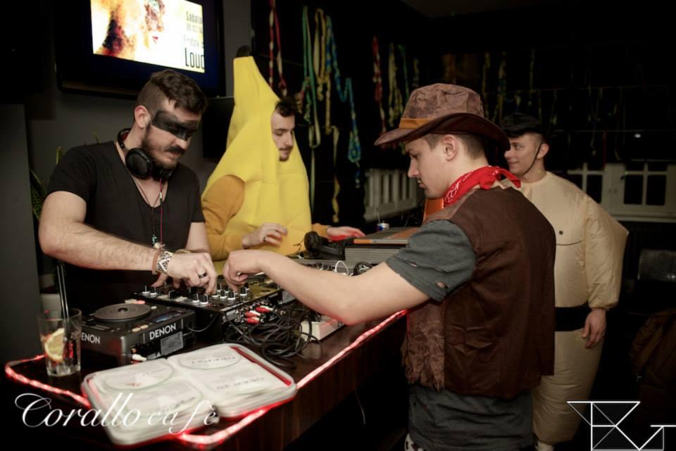 dei ragazzi in costume vicino a una console da DJ
