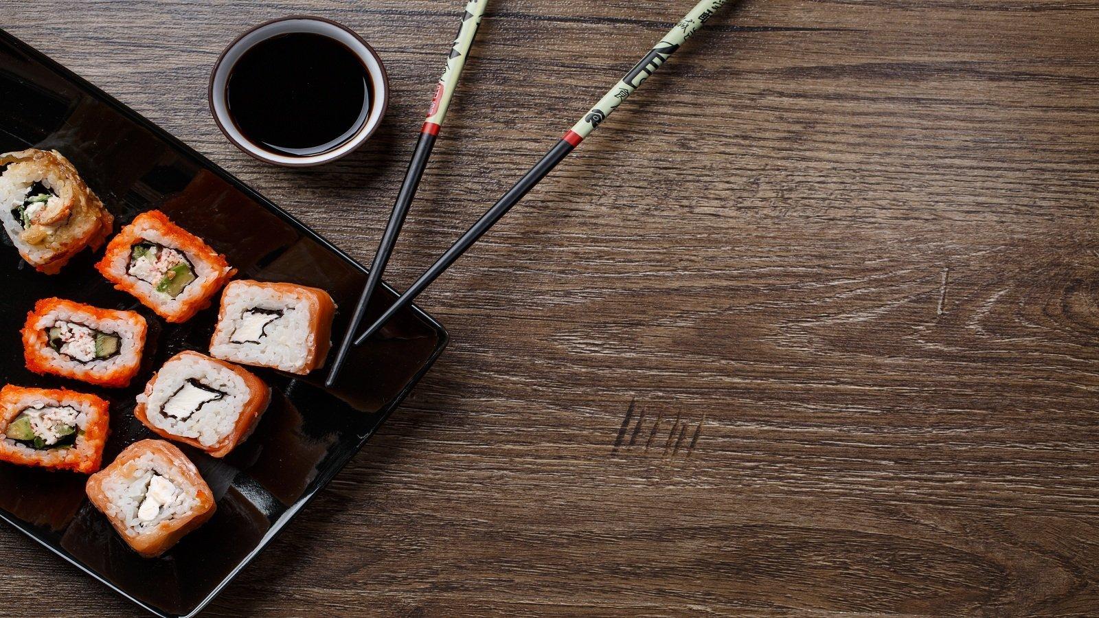 un piatto di sushi e due bacchette