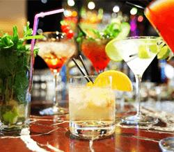 dei bicchieri con dei cocktail