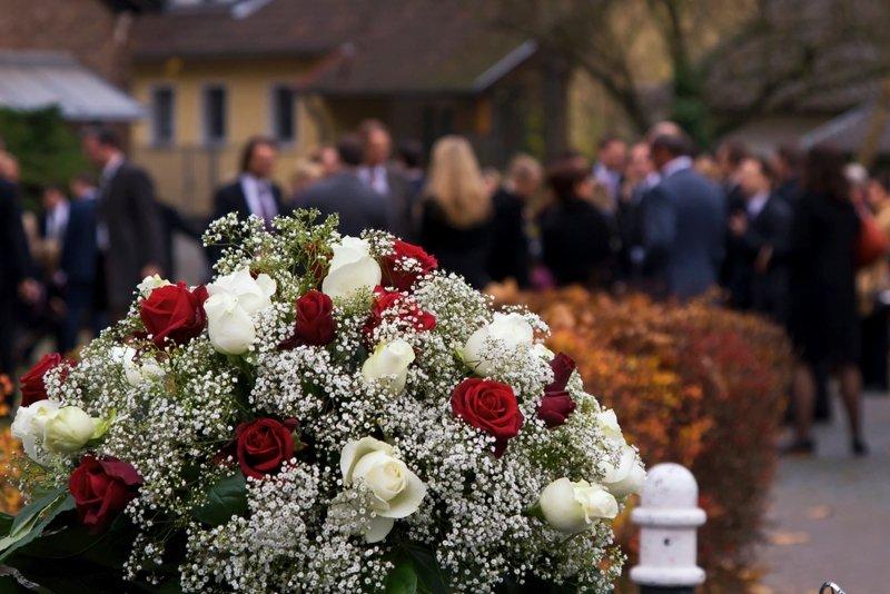 fiori per funerali, addobbio chiesa, corone di fiori