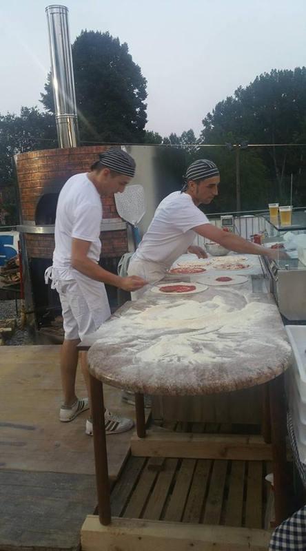 due pizzaioli che preparano delle pizze