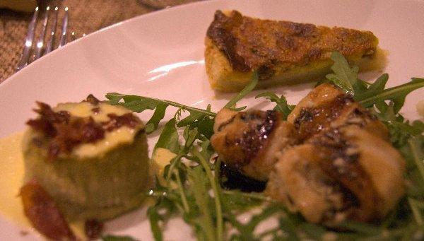 una fetta di un tortino, dei bocconcini di carne con della rucola e un tortino intero con bacon e salsa gialla