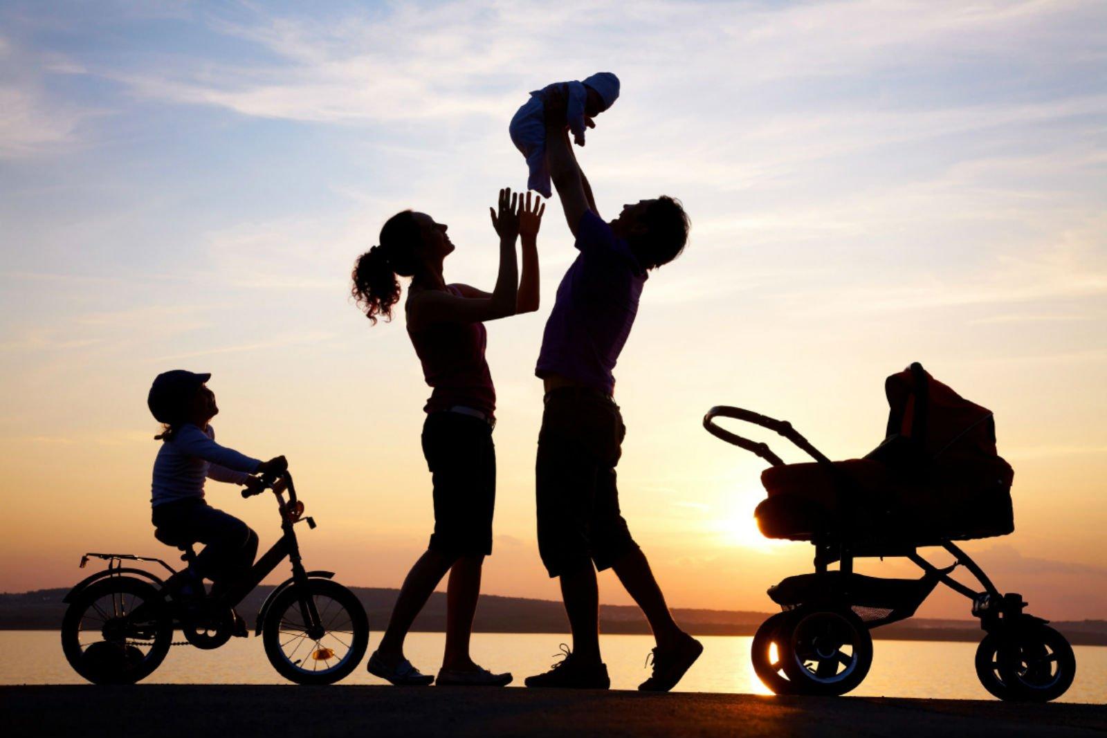 una coppia con due bambini al tramonto
