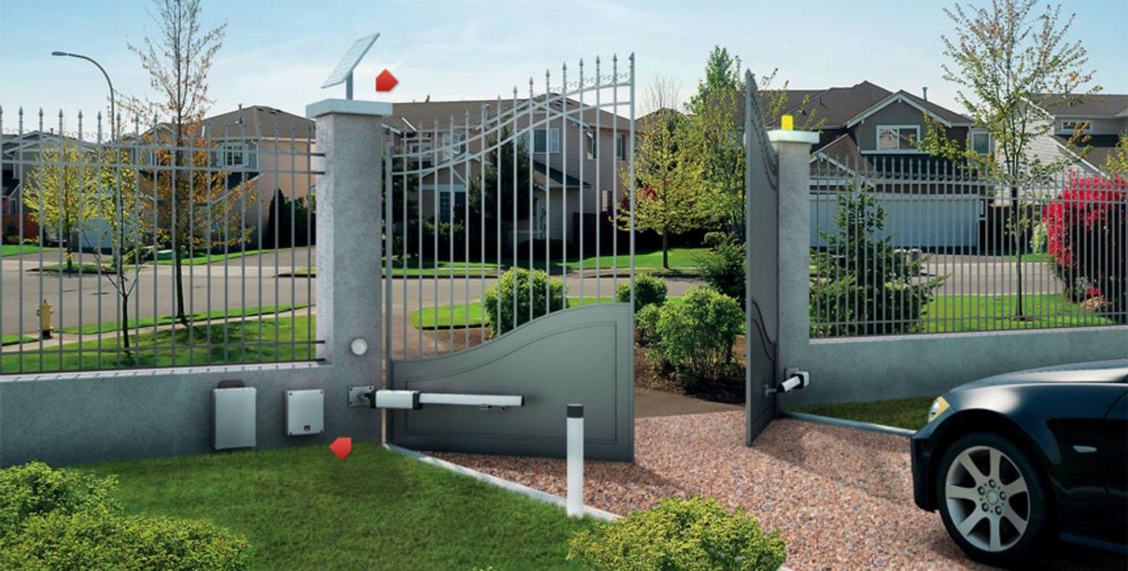una macchina davanti un cancello automatico di una casa