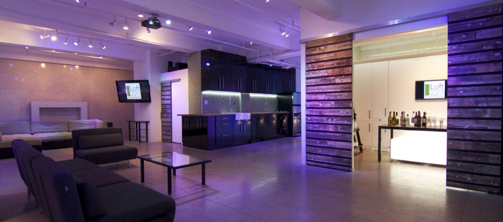 un appartamento moderno con luci viola soffuse