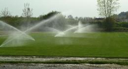 Un prato ampio con un impianto di irrigazione