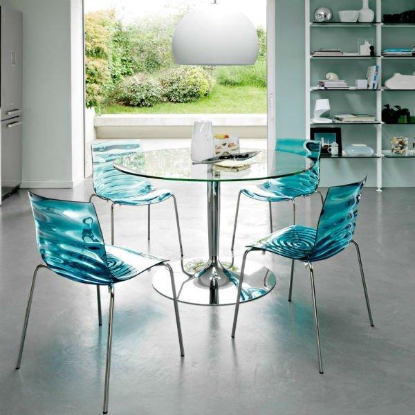 un tavolo di vetro e delle sedie sedie in plexiglass color turchese