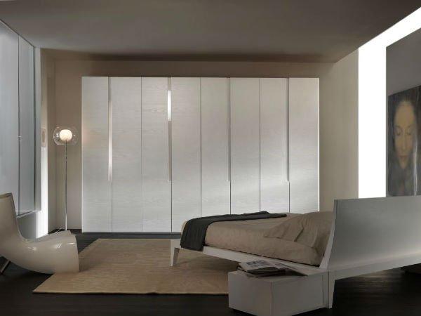 un armadio bianco in una camera da letto moderna